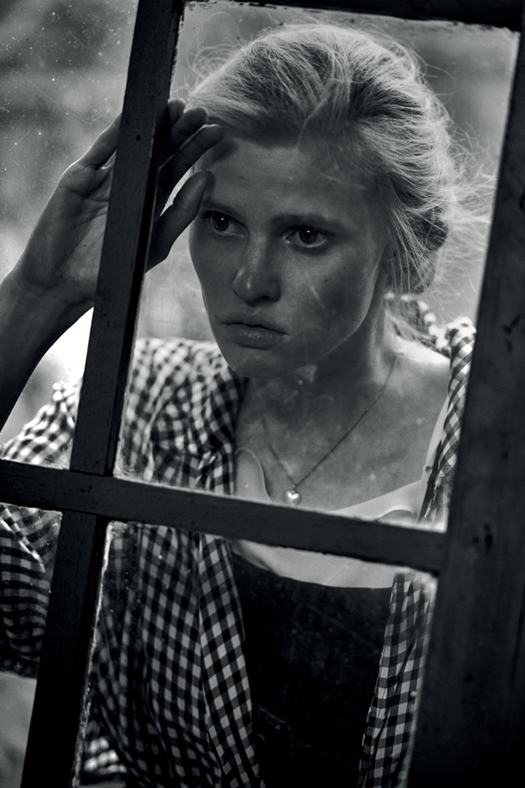 peterlindbergh_larastone_alone_interview_10
