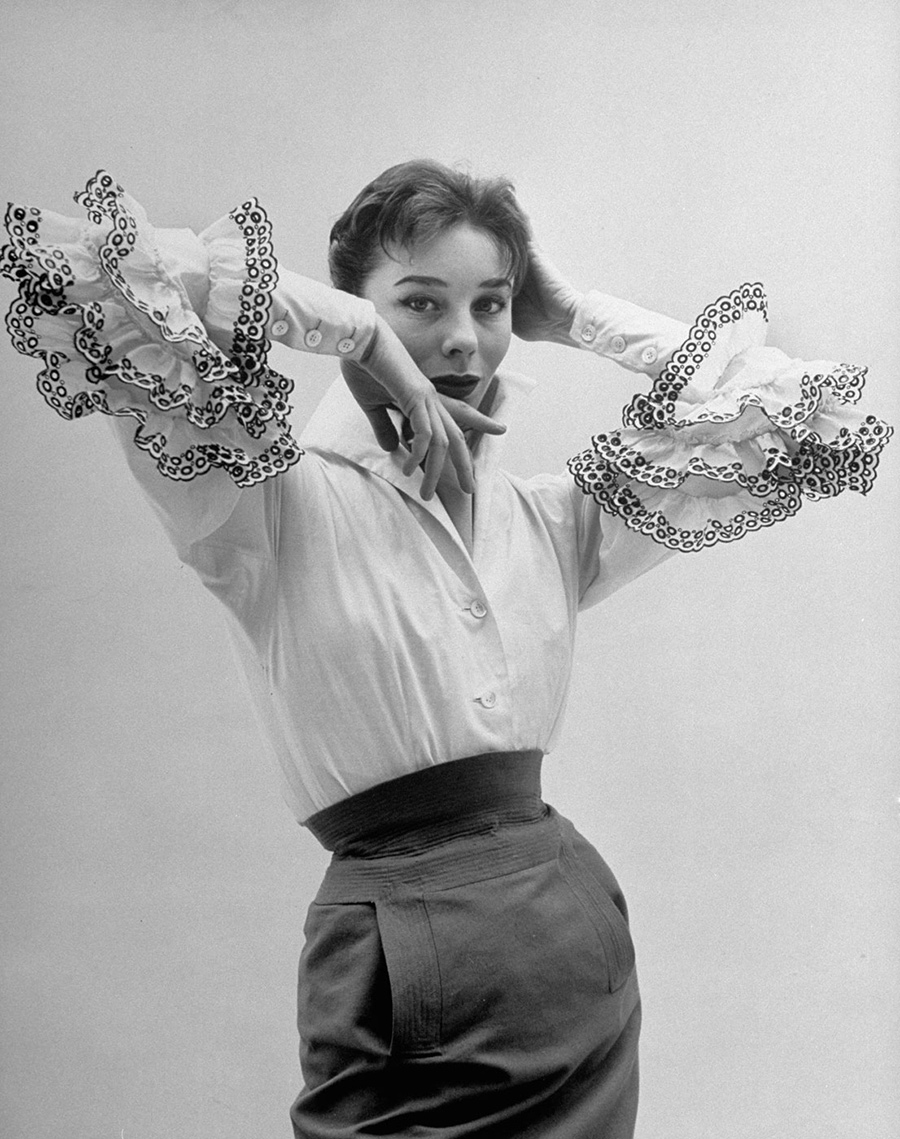 Bettina Graziani indossa la famosa blusa Bettina - ph. Nat Farbman -1952 - Hubert de Givenchy