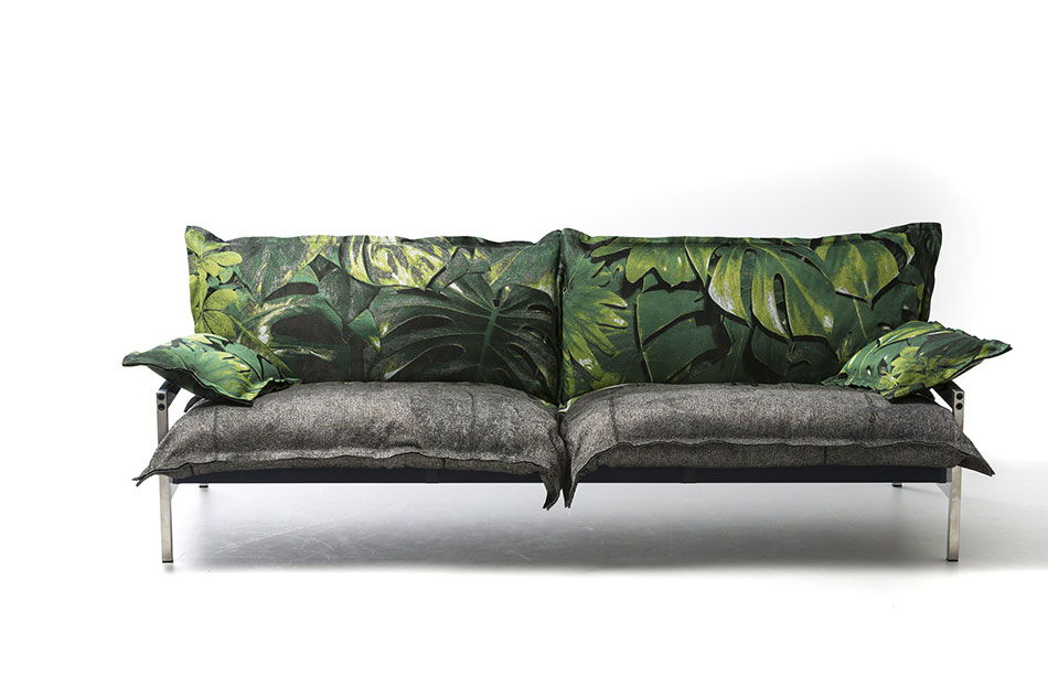 Diesel with Moroso - Divano Iron Maiden con struttura in acciaio inossidabile spazzolato con imbottiture disponibili con rivestimento indoor e outdoor. Qui Lush Concrete - Alessandro Paderni - Milano Design Week 2018